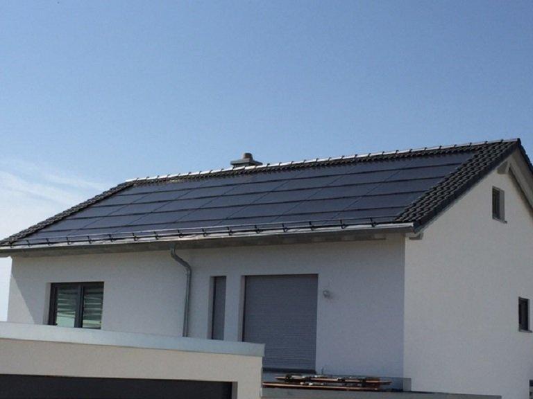 Gebäudeintegrierte Photovoltaik mit Solardachziegel, Montage als Indach.
