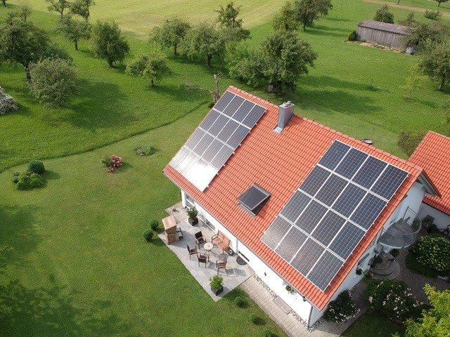 Ästhetisch wertvolle Solaranlage, Aufnahme Dach von oben, Montage als Aufdach.