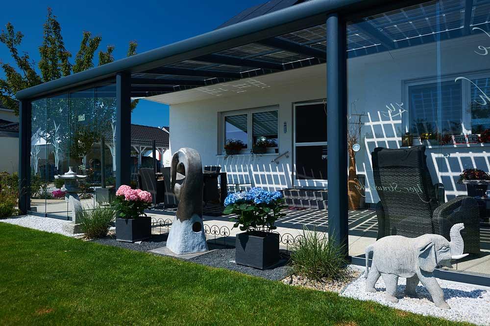 Terrassenüberdachung mit Photovoltaikmodulen